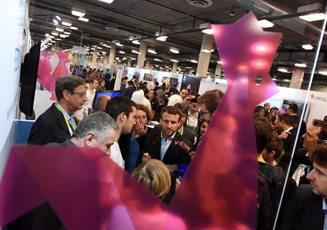 Emmanuel Macron avec Muriel Pénicaud au CES de Las Vegas, le 7 janvier, au lendemain de la French Tech Night
