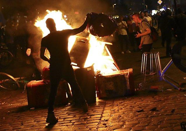Nuit de violence à Hambourg