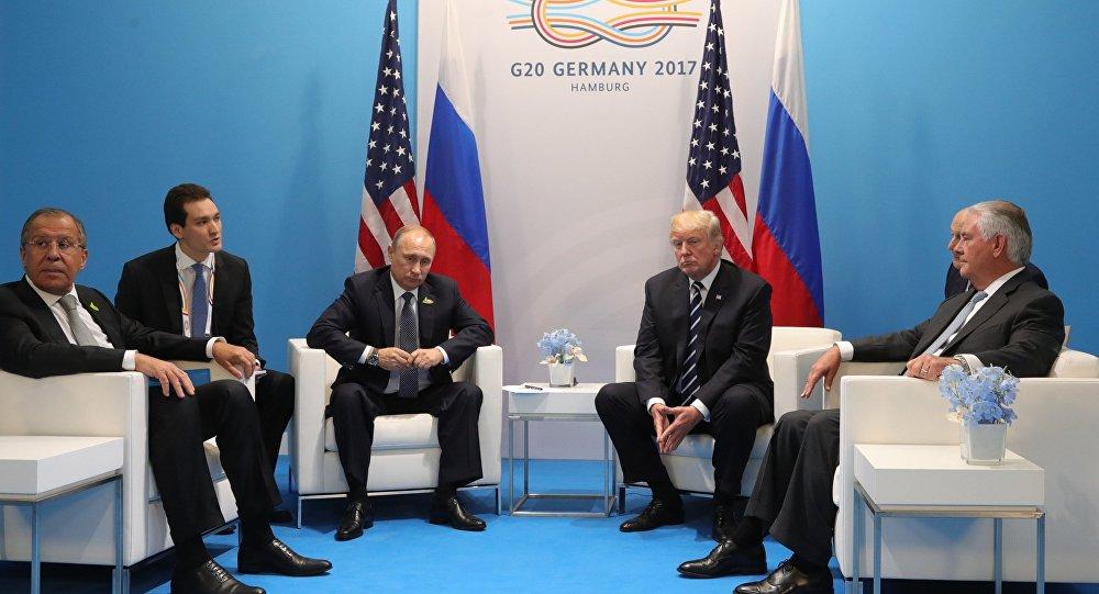 Les présidents russe et américain Vladimir Poutine et Donald Trump s'entretiennent à Hambourg