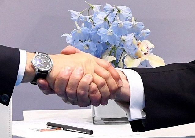 Donald Trump et Vladimir Poutine. Poignée de main