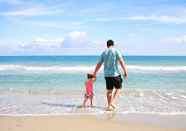 Une famille à la plage, image d'illustration