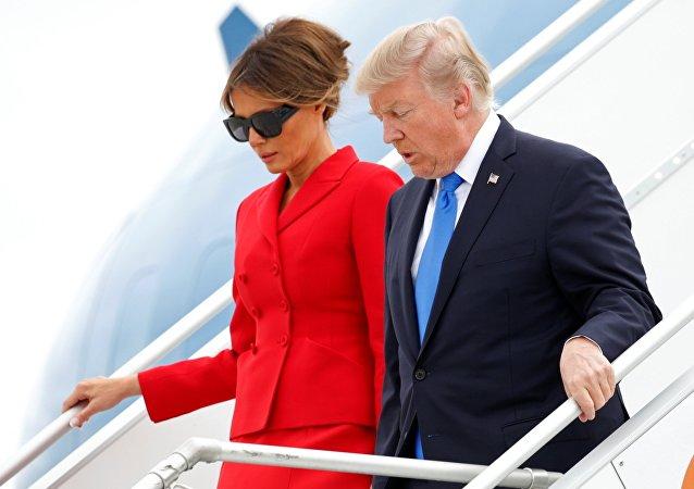 Donald Trump et Melania arrivent à bord de l'Air Force One à l'aéroport Orly près de Paris, France