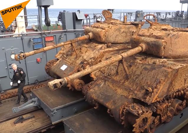 La Flotte du Nord russe remonte deux chars américains coulés au fond de la mer de Barents