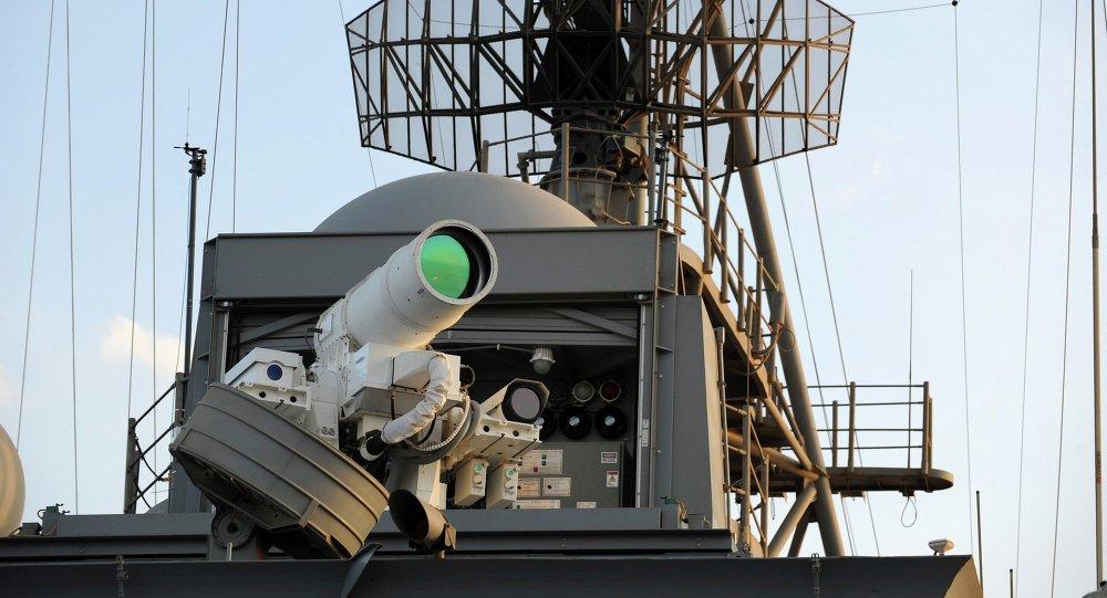 le système d'arme laser (LaWS) installé à bord du navire de transport amphibie américain USS Ponce.