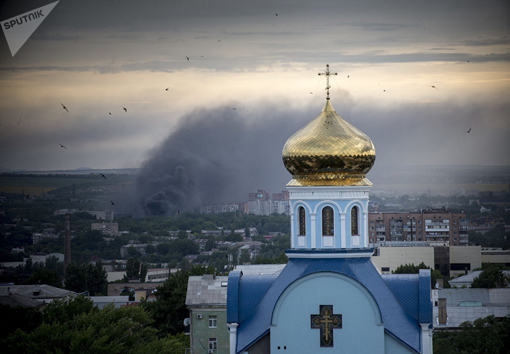 Un incendie pendant un pilonnage d'artillerie à Lougansk.