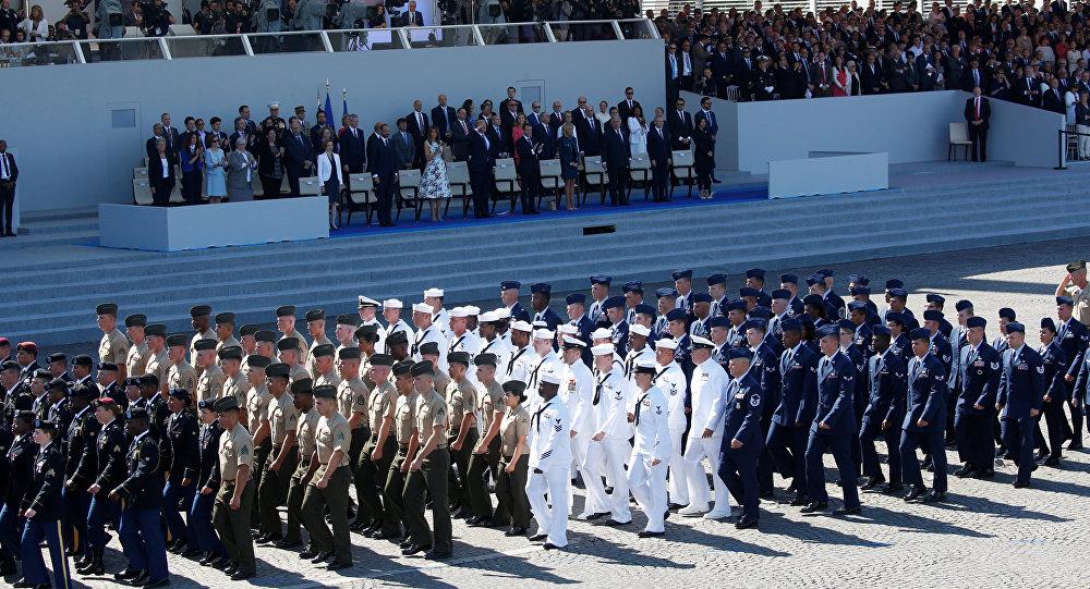 L'armée américaine marche lors du défilé du 14 Juillet