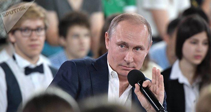 Vladimir Poutine lors d'une visite dans le centre d'éducation Sirius à Sotchi