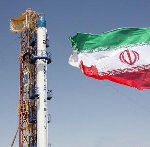 le drapeau iranien devant le missile Safir Omid