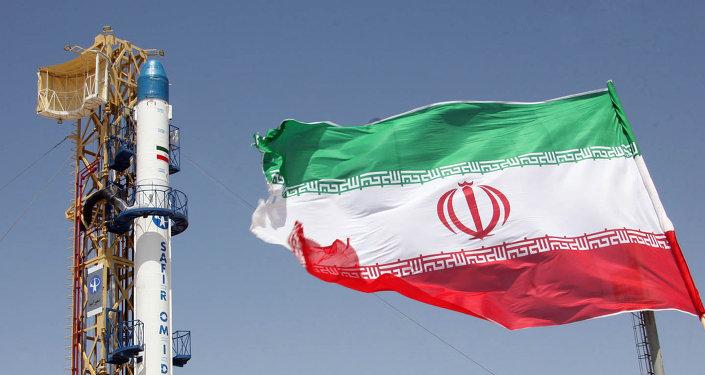 Le drapeau iranien devant le missile Safir Omid capable de mettre un satellite en orbite