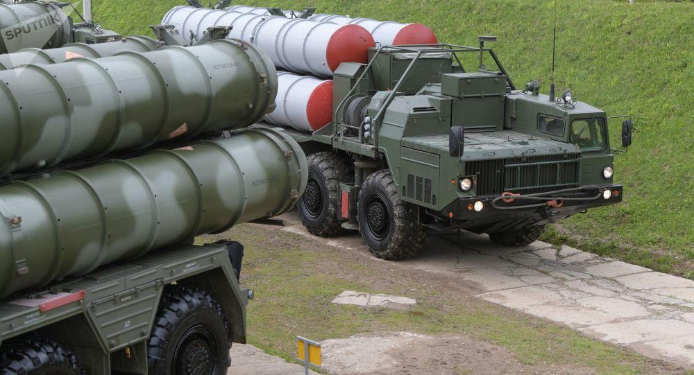 Des systèmes de missiles sol-air S-400