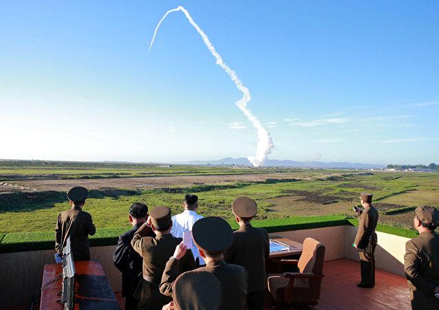 Kim Jong-un assiste à un tir de missile nord-coréen