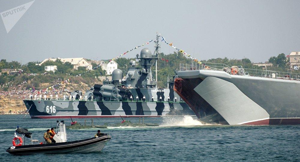 Répétition générale de la parade militaire prévue pour le Jour des forces navales russes à Sébastopol
