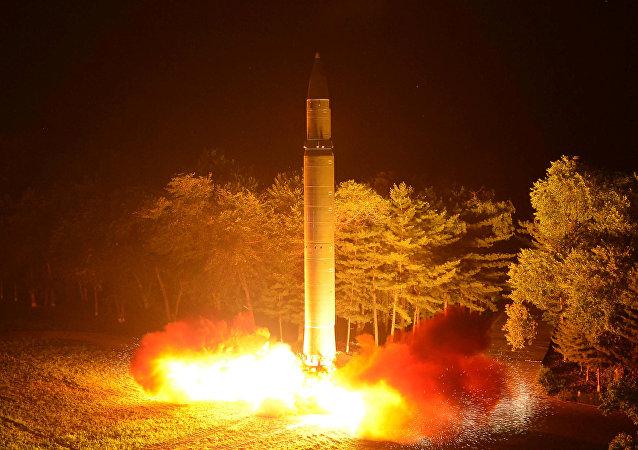 le tir nocturne d'un missile balistique intercontinental Hwasong-14