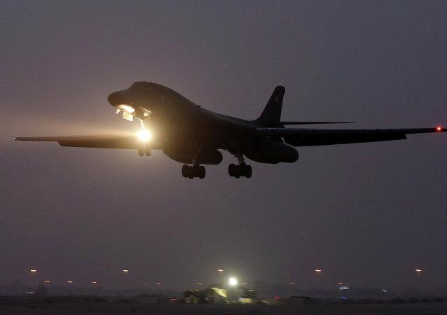 Photo d'un avion décollant de la base militaire US au Qatar