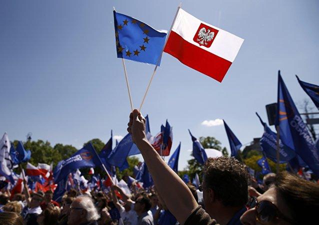 Les drapeaux polonais et européen. Archive photo