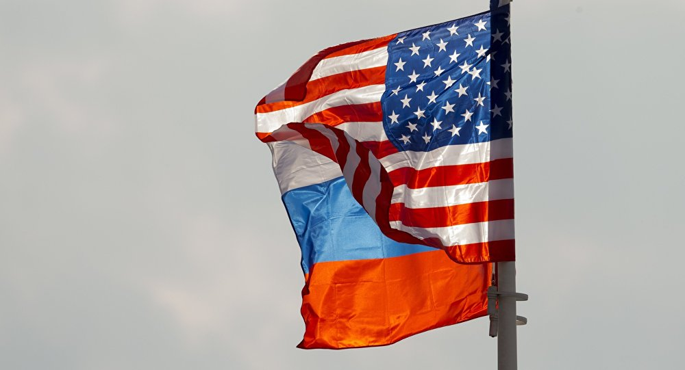 Les drapeaux russe et américain