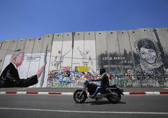 Des graffitis de Donald Trump dessinés sur la barrière de séparation israélienne