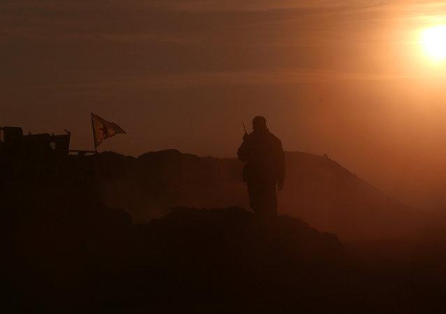Un militaire des Forces démocratiques syriennes (FDS) près de Raqqa
