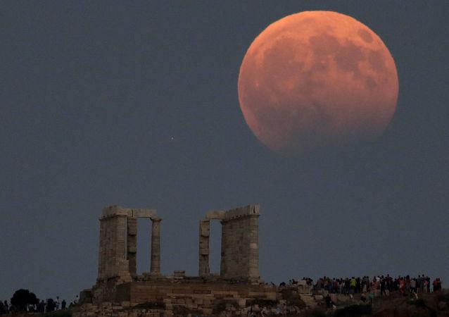 Une éclipse lunaire partielle vue de différents pays du monde