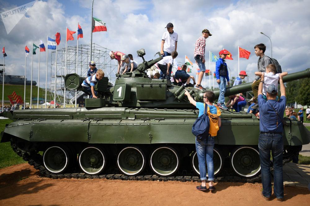 Feu, boue et fossés remplis d'eau: les épreuves du biathlon en chars d'assaut à Alabino