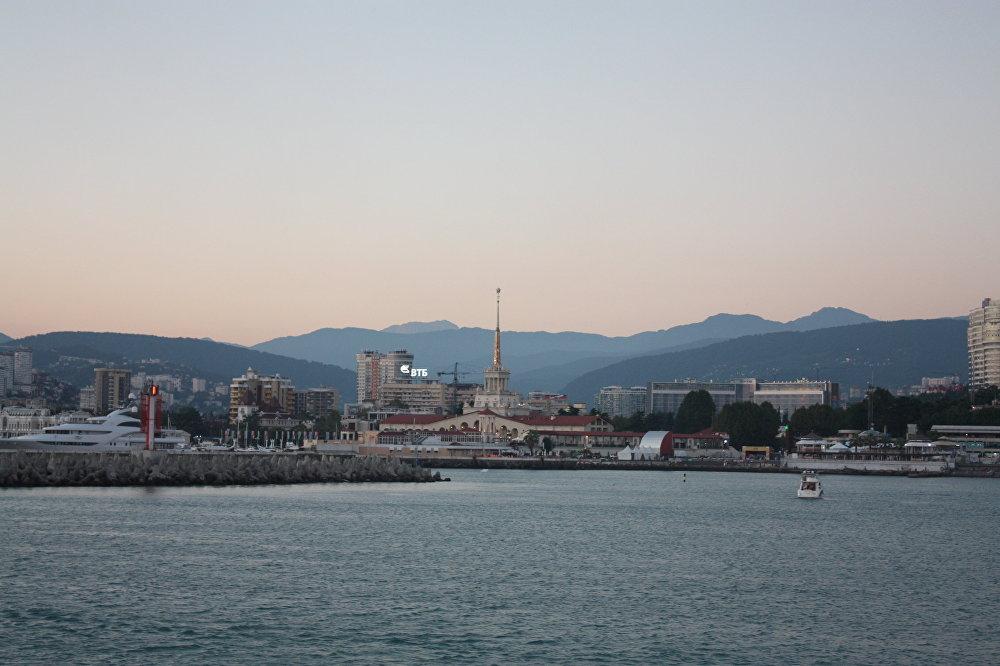 Vue sur la Gare maritime de Sotchi et sur la chaîne du Grand Caucase