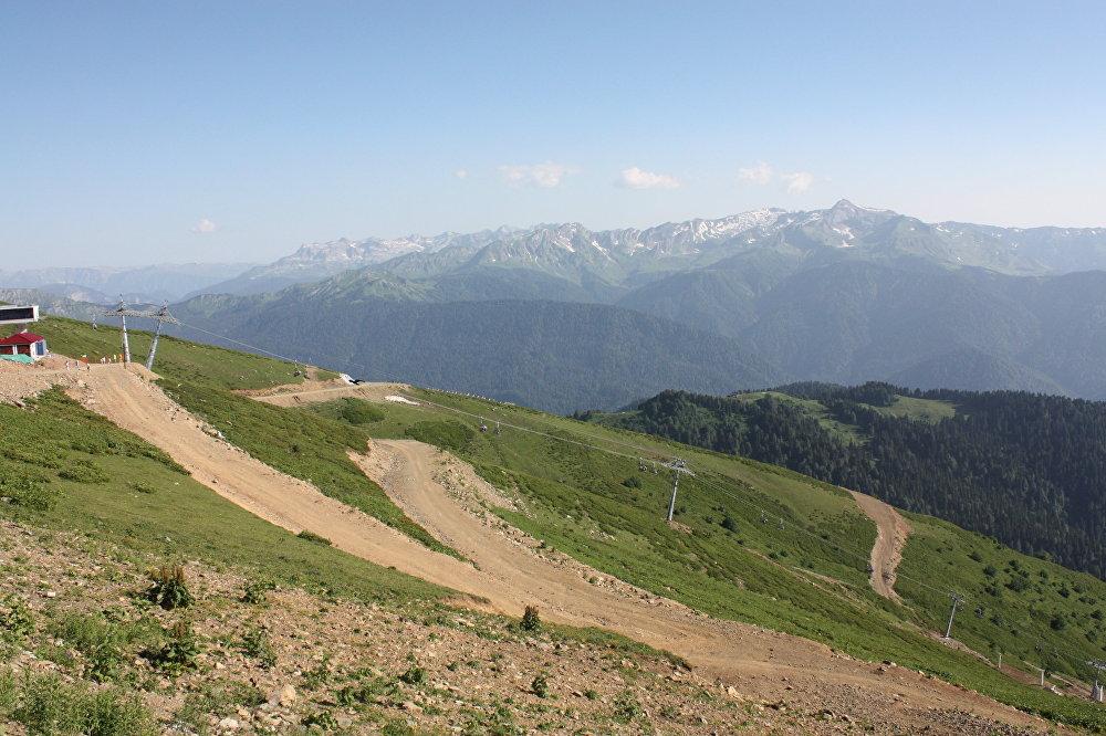 Vue sur la chaîne du Grand Caucase depuis Rosa Peak (altitude de 2320 m)
