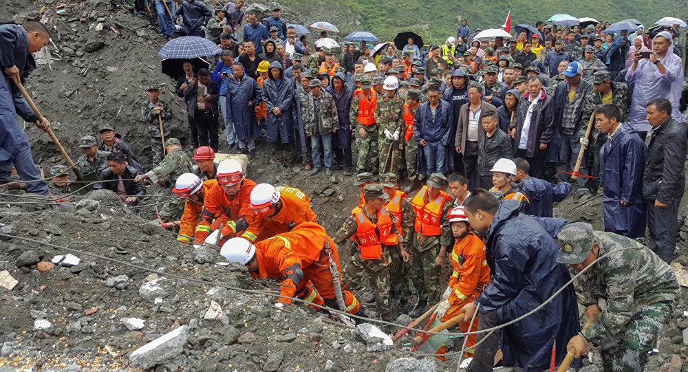 Les travaux de sauvetage dans la province chinoise de Sichuan frappée par un séisme