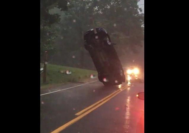 Accident sensationnel: une voiture plantée comme un arbre