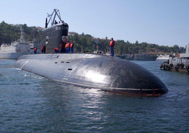 Des militaires servant sur le sous-marin diesel Krasnodar à Sébastopol
