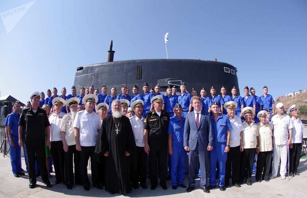 Le commandant de la flotte russe de la mer Noire, l'amiral Alexandre Vitko, et le gouverneur par intérim de Sébastopol, Dmitri Ovsiannikov, lors de la cérémonie de réception du nouveau sous-marin diesel Krasnodar à Sébastopol.