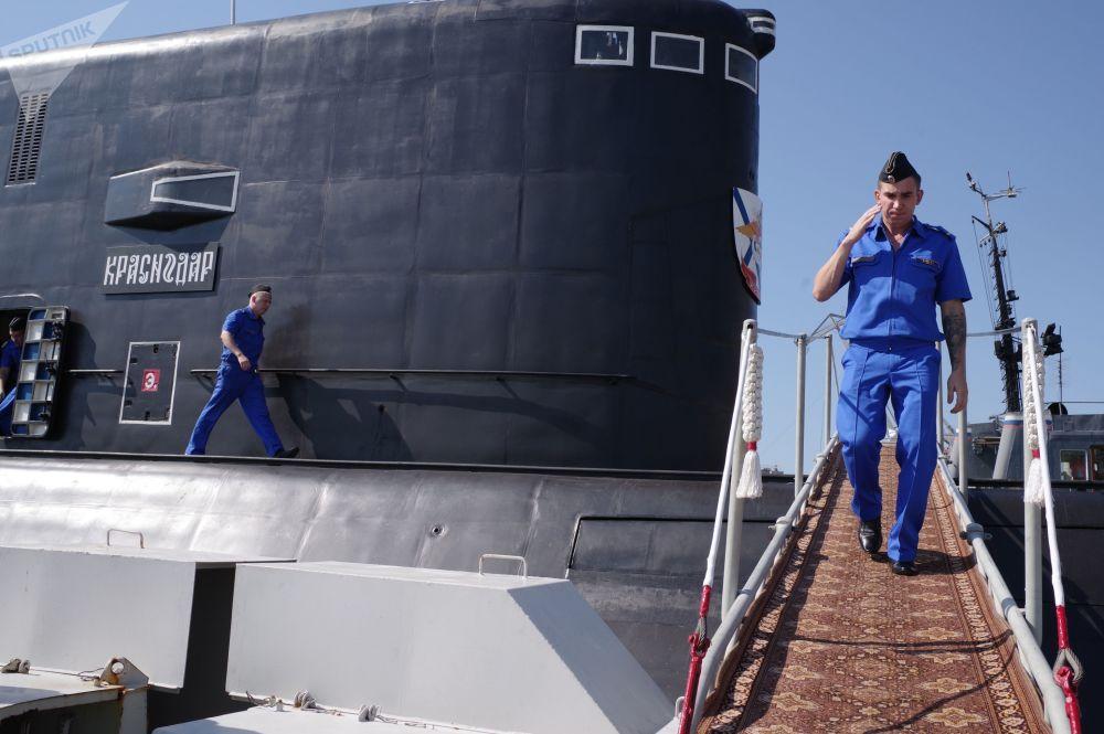 Des militaires descendent sur le quai à Sébastopol