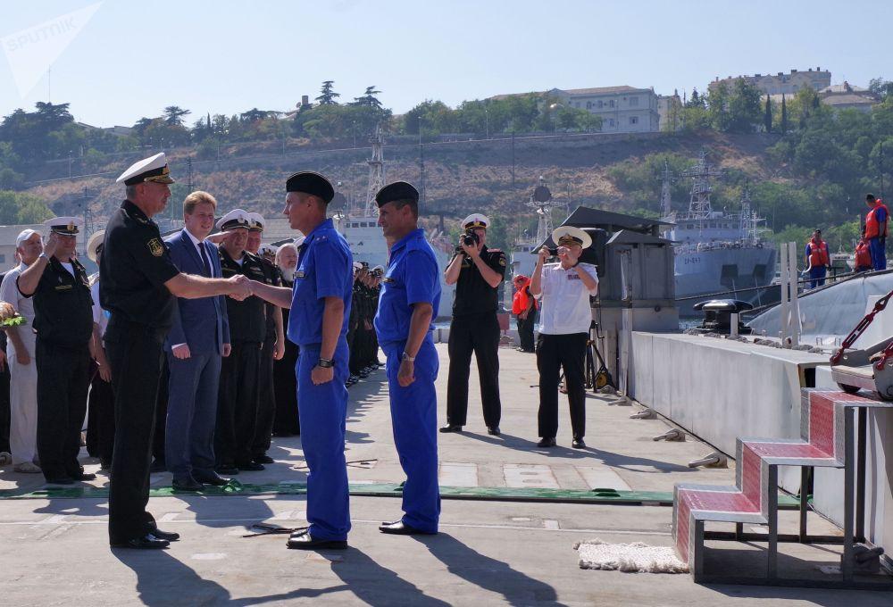 Le commandant de la flotte russe de la mer Noire l'amiral Alexandre Vitko et le gouverneur par intérim de Sébastopol Dmitri Ovsiannikov accueillent les militaires servant sur le nouveau sous-marin diesel Krasnodar à Sébastopol.