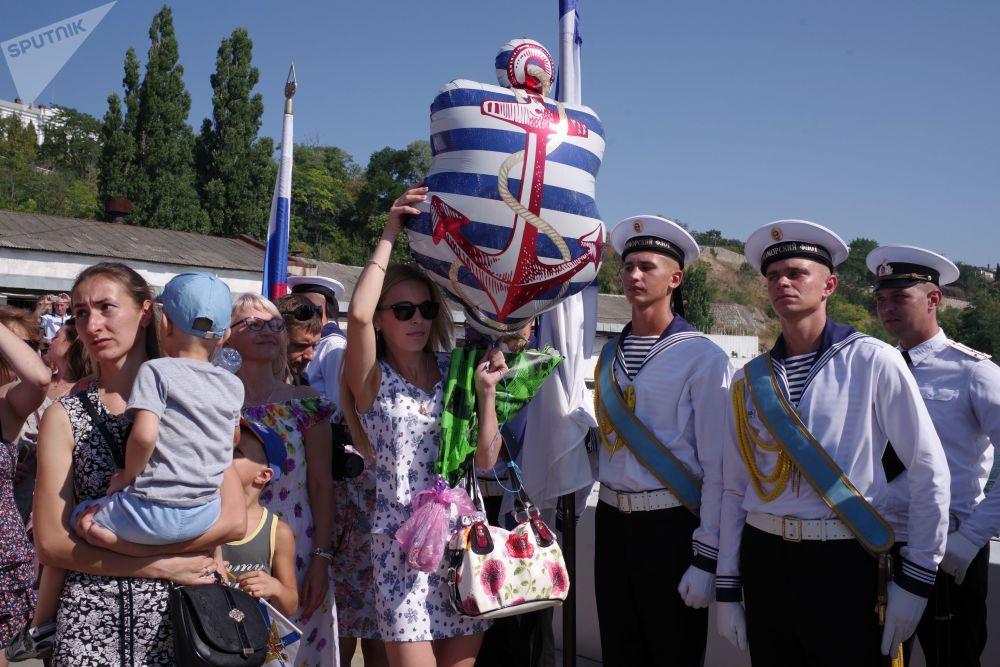 Des proches accueillent les militaires servant sur le sous-marin diesel Krasnodar à Sébastopol.