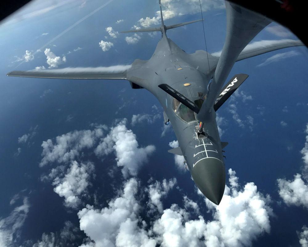 Un des deux bombardiers Rockwell B-1 Lancer de l'armée de l'air américaine en train de se ravitailler au-dessus de l'océan Pacifique