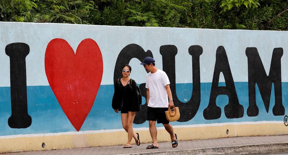 Des touristes sur une plage sur l'île américaine de Guam