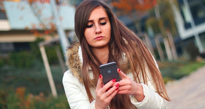 Une jeune fille avec un smartphone