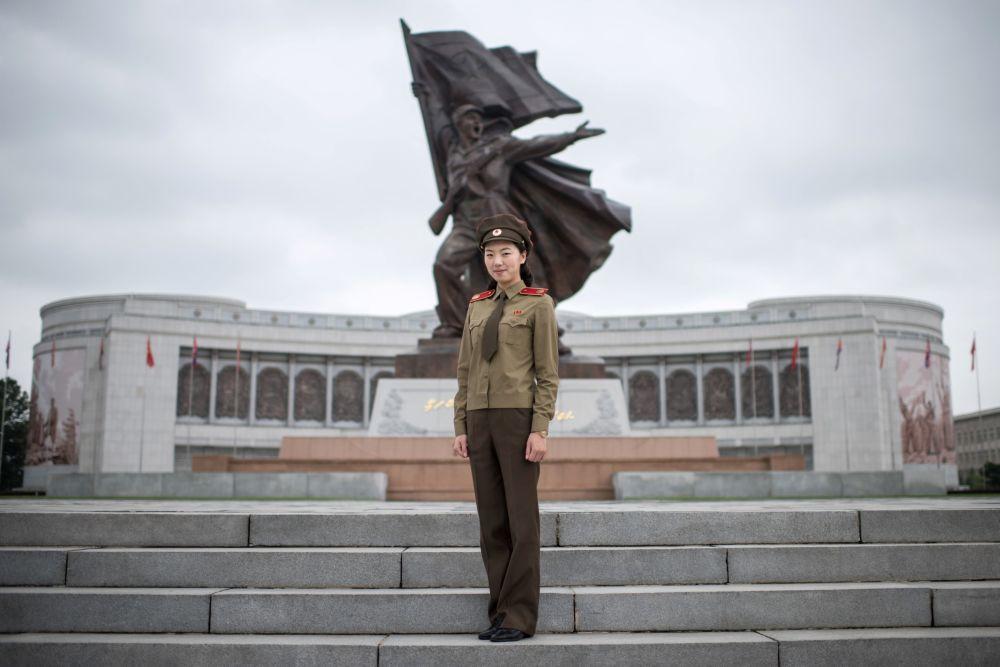Choe Un-jong, guide touristique et capitaine de l'Armée populaire de Corée, devant le Musée de la Guerre à Pyongyang