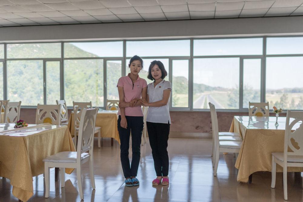 La vendeuse Kim Hyo-jong et la serveuse Kim Un-mi sur l'autoroute Kaesong, en Corée du Nord