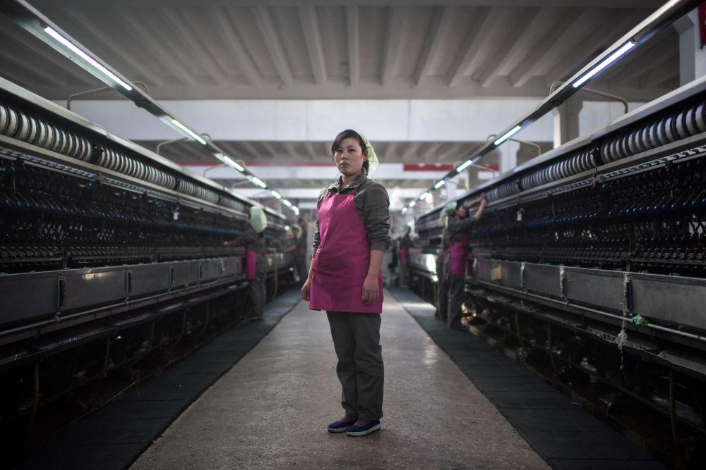 Une ouvrière d'une usine textile sur son lieu de travail à Pyongyang