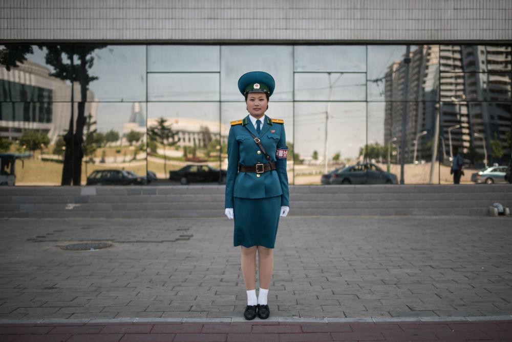 Une agent de la circulation, la lieutenant Kim Jong-hua, dans une rue de Pyongyang