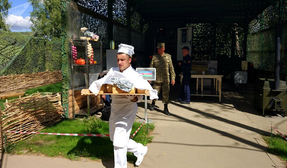 Un boulanger de l'équipe azerbaïdjanaise apporte du pain pour une évaluation