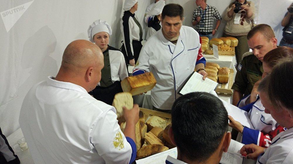 Une commission spéciale de juges évalue la qualité des pains préparés