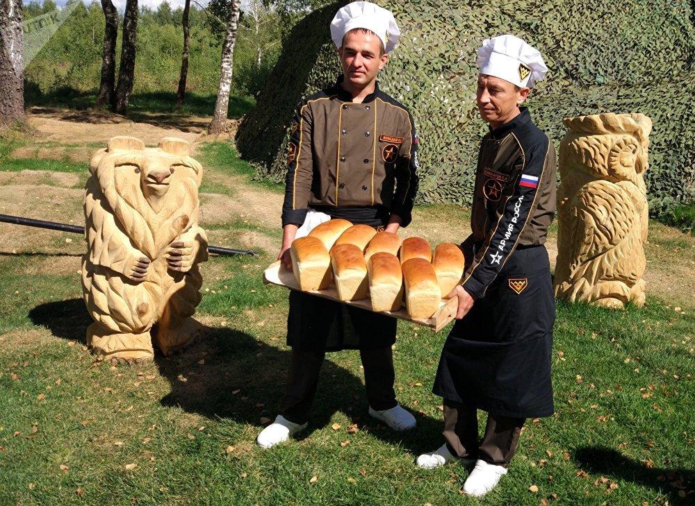 Des boulangers de l'équipe russe avec leur pain