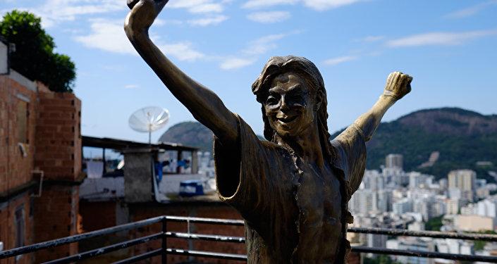 la statue de Michael Jackson, érigée dans une favela de Rio de Janeiro