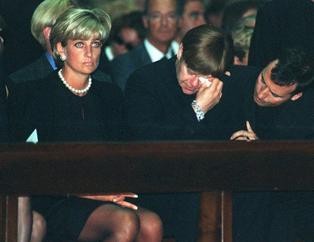 La princesse Diana et Elton John lors de la messe commémorative du styliste italien Gianni Versace à Milan, 1997