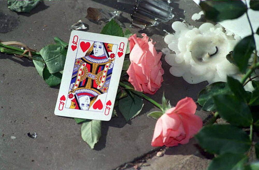 Carte de dame de cœur déposée dans le lieu de dépôt de cadeaux, de fleurs et de statuettes aménagé près du palais de Buckingham à Londres en mémoire de la princesse Diana, 1997