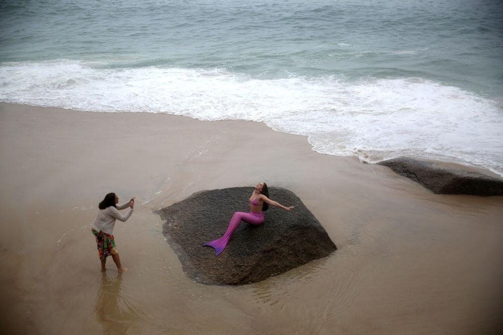 Une séance photo lors d'un cours pour sirènes sur une plage de Rio de Janeiro, au Brésil