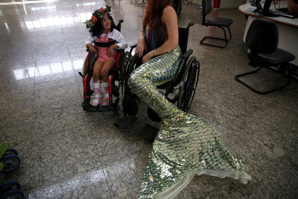 Une «sirène» visite un enfant dans un hôpital de Rio de Janeiro, au Brésil
