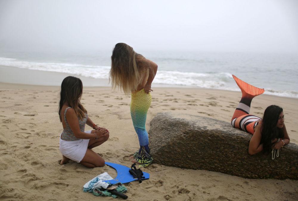 Un cours pour sirènes sur une plage de Rio de Janeiro, au Brésil