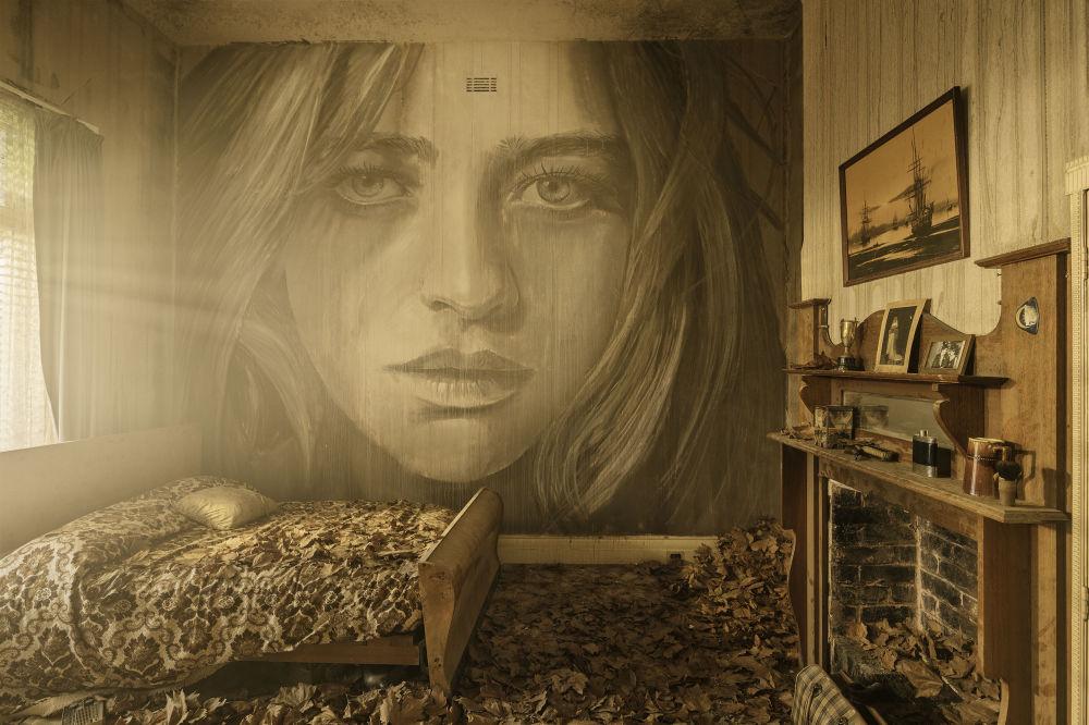 Portraits fascinants sur des surfaces qui s'effritent